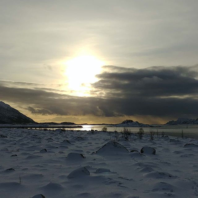Sun and rocks (and mountains, and sea, ...) #lofoten #norway #february #2020